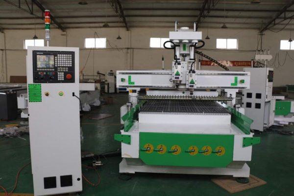 Máy tiện gỗ CNC0